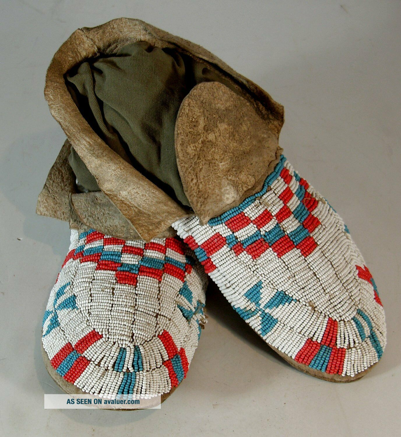 ca1910s PAIR NATIVE AMERICAN SIOUX INDIAN BEAD DECORATED HIDE MOCCASINS BEADED