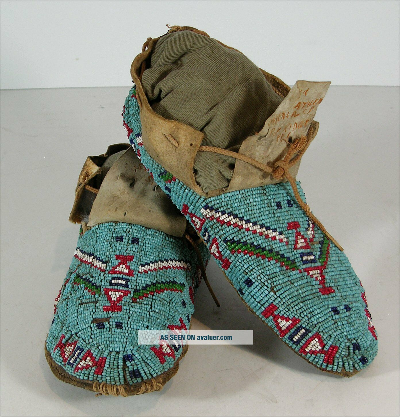 ca1900 PAIR NATIVE AMERICAN SIOUX INDIAN BEAD DECORATED HIDE MOCCASINS BEADED
