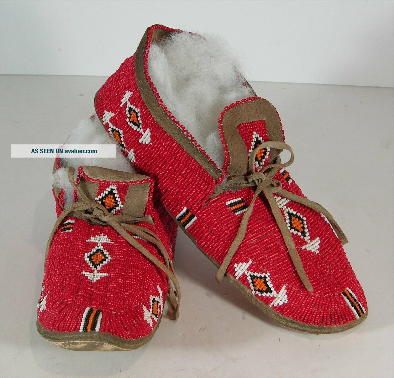 ca1920s PAIR NATIVE AMERICAN SIOUX INDIAN BEAD DECORATED HIDE MOCCASINS BEADED