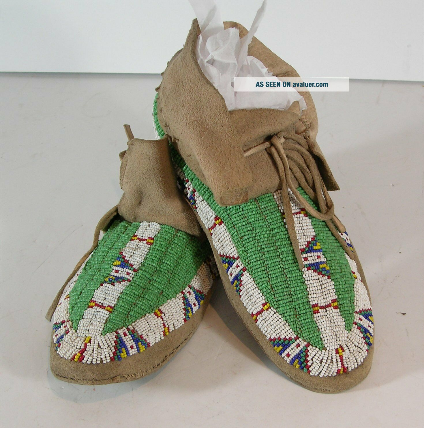 ca1910 PAIR NATIVE AMERICAN SIOUX INDIAN BEAD DECORATED HIDE MOCCASINS BEADED